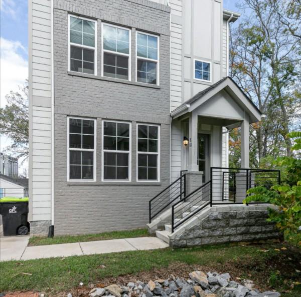 Photo of the identical house next door